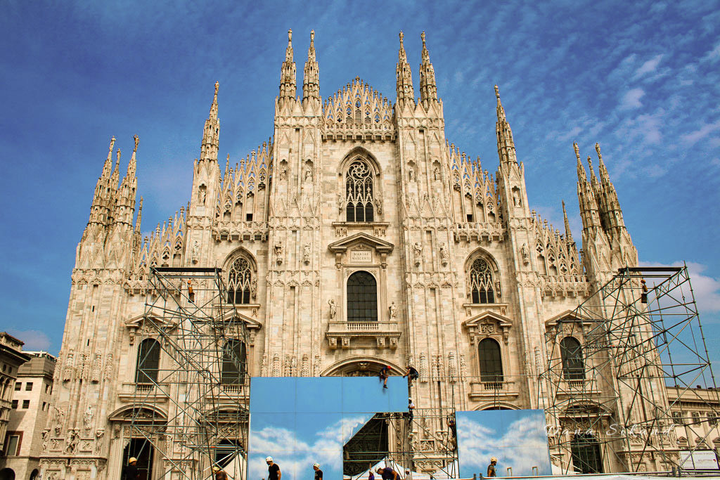 Construction workers restore the Duomo di milano.