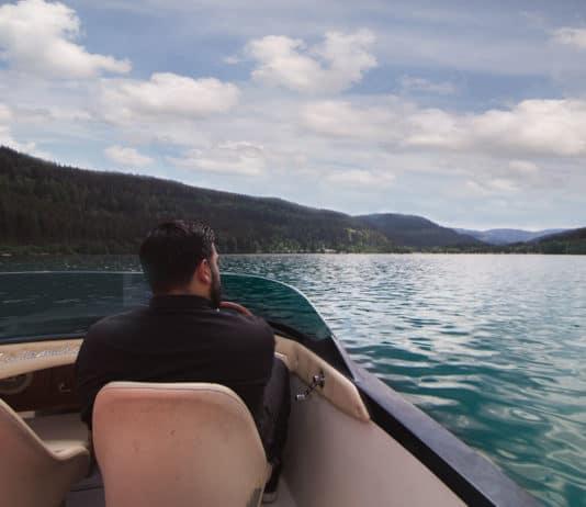 Man drives a boat on Lake Tittisee