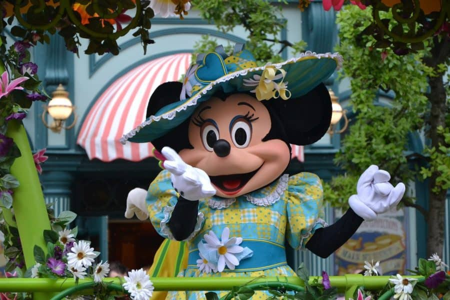 Minni mouse poses for a photo in Disneyland Paris